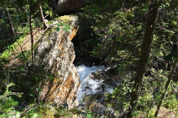 скала_над_Жигаланским_водопадом_skala-nad-zhigalanskim-vodopadom